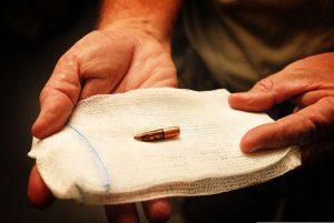 De kogel van een machinegeweer, die verwijderd is uit de kaak van een soldaat in Uruzgan