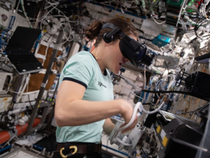 NASA flight engineer Christina Koch werkt met een virtual reality bril